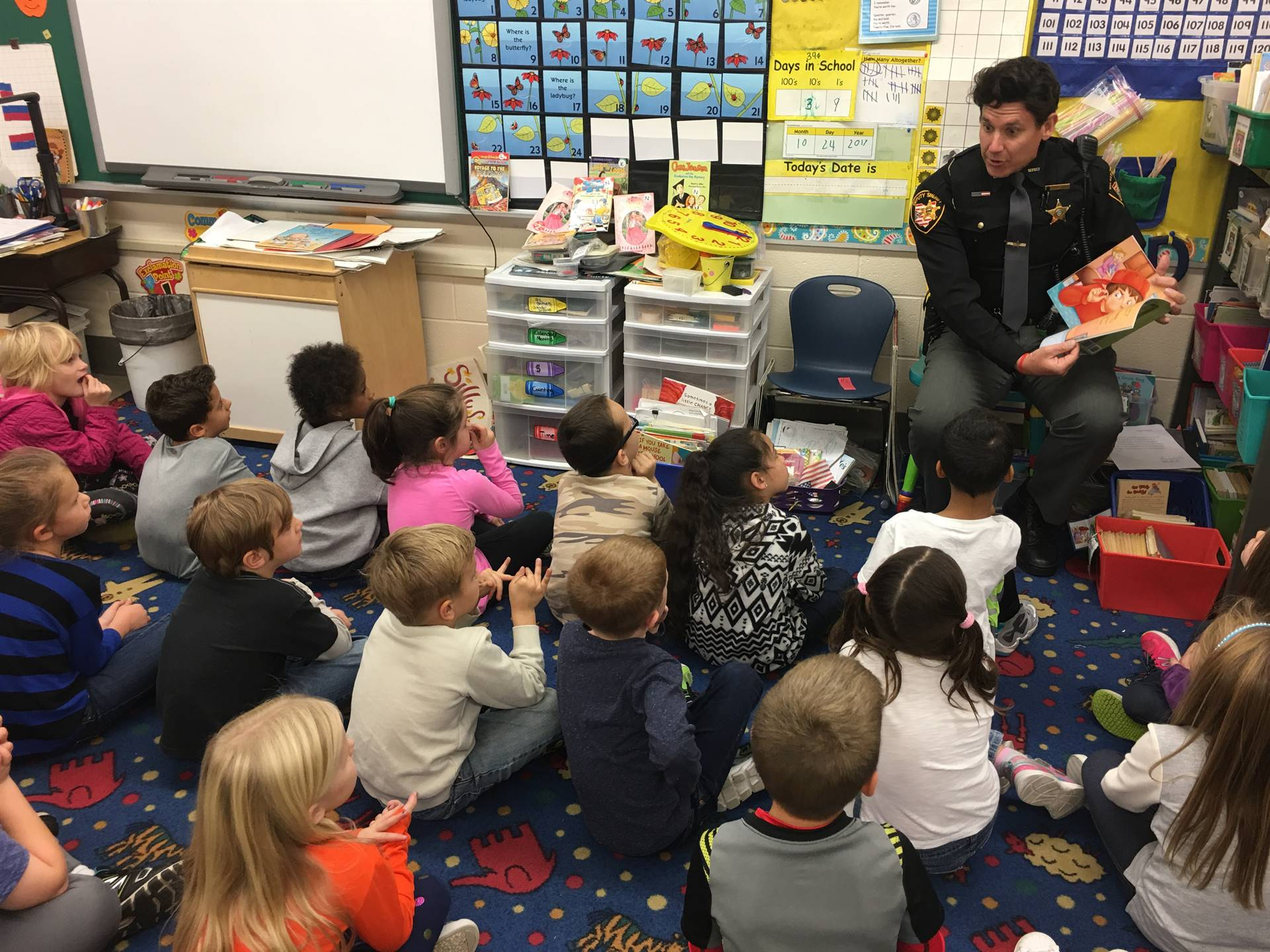 SRO reads to elementary kids